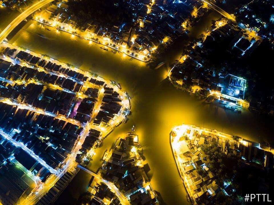 Thị xã Ngã Bảy là nơi gặp nhau của bảy dòng kênh, đồng thời là đầu mối giao thông thủy quan trọng trong vùng. Thị xã nằm giữa các trục giao thông quan trọng như: Quốc lộ 1A, Quản lộ – Phụng Hiệp, đường tỉnh 927, đường nối thị xã Ngã Bảy với đường Nam Sông Hậu … là điều kiện để phát triển kinh tế cho địa phương. Thị xã Ngã Bảy phía đông giáp tỉnh Sóc Trăng, phía tây và nam giáp huyện Phụng Hiệp, phía bắc giáp huyện Châu Thành.     Thị xã Ngã Bảy có diện tích 7.894,93 ha, dân số 61.024 người (năm 2005), gồm 3 phường (Ngã Bảy, Lái Hiếu, Hiệp Thành) và 3 xã (Hiệp Lợi, Đại Thành, Tân Thành). Chợ nổi Ngã 7 được thành lập 1915, ở 7 ngã song hình thành, ngay lập tức trở thành đầu mối giao thông thủy lớn nhất Nam Kỳ. Hiện nay, chợ Ngã Bảy là chợ trung tâm của thị xã nên tập trung rất đông người dân kinh doanh buôn bán. Trong đó, nhà lồng chợ có 123 lô, sạp; khu thương mại có 56 kiốt và khoảng hơn 200 hộ kinh doanh buôn bán nhỏ, lẻ.     TO GAP2  Vị trí dự án     Dự án KĐT mới Thị xã Ngã Bảy nằm trên trục chính đường Nguyễn Huệ, Nguyễn Thị Minh Khai (34m) trung tâm thị xã Ngã 7 – Hậu Giang, cách QL1 (đường Hùng Vương 50m). Khu vực này có cơ sở hạ tầng hoàn chỉnh (Điện Âm, Đường Nhựa, Lộ Giới 8m-18m-8m/5m-7m-5m).     TO GAP2     KĐT mới Thị xã Ngã Bảy nằm gần khu vực trung tâm hành chính UBND, Viện Kiểm Soát, TTVH Thiếu Nhi, Bưu Điện, Trường Mầm non, cấp 1,2,3, các hệ thống NH (Sacombank, KienLongbank….), Bệnh Viện, Chợ bán kính không quá 1km. Cảnh quan thoáng mát, rộng rãi, nhiều cây xanh, có lề đường cho người đi bộ bao quanh các lô nền của dự án, các đường lưu thông 2 chiều thuận lợi cho việc đi lại ra vào dự án.